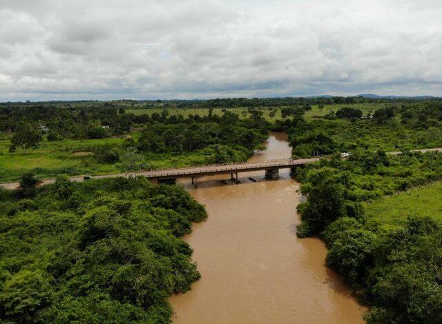 Ponte que liga Cacoal a Pimenta Bueno na BR-364 é interditada em Rondônia