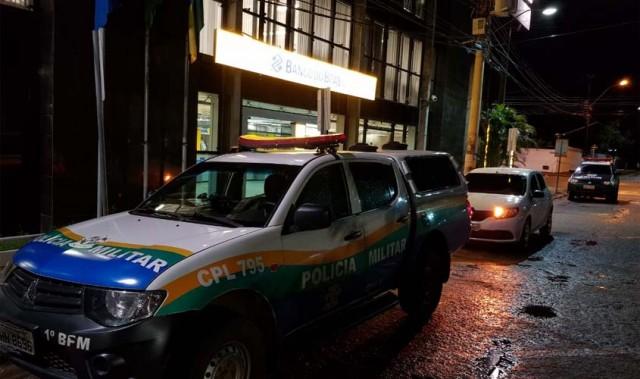 Bandidos invadem agência bancária arrombam cofre e levam armas de vigilantes