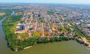 Carreta tomba em rotatória e população saqueia carga de óleo, em Ji-Paraná