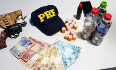 """PRF: caminhoneiro é preso com revólver e 180 comprimidos de """"rebite"""""""