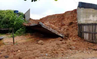 Muro de contenção cai sobre casa com 6 pessoas após forte chuva em cidade de RO