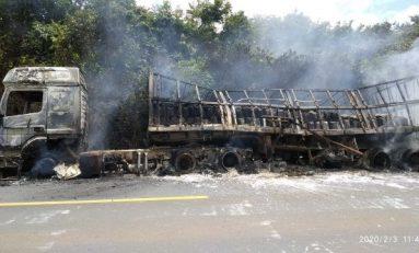 Carreta pega fogo na BR-364; motorista não se feriu