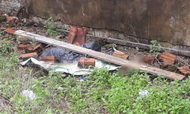 Corpo de mulher com cabeça esmagada é achado debaixo de lona em Ariquemes