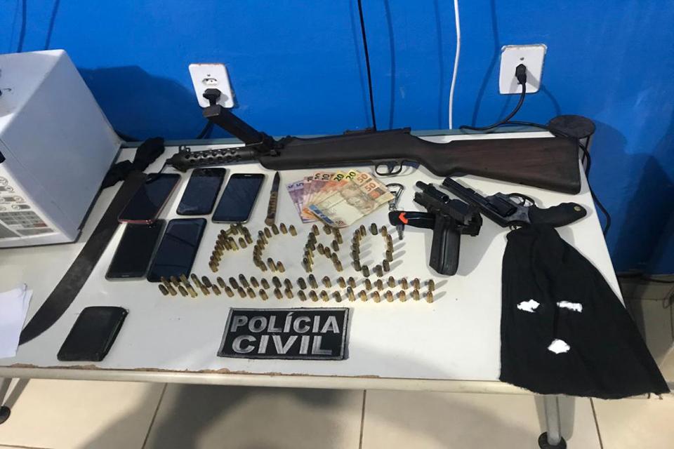 Polícia Civil apreende metralhadora e prende sete pessoas