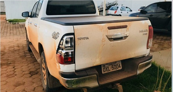 Polícia prende dois suspeitos e recupera caminhonete roubada