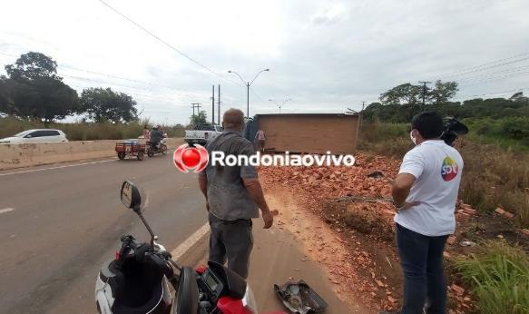 Caminhão carregado de tijolos tomba na BR-364 em Porto Velho