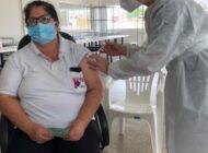 Enfermeira com 26 anos de serviços prestados é a primeira a ser vacinada em Cerejeiras