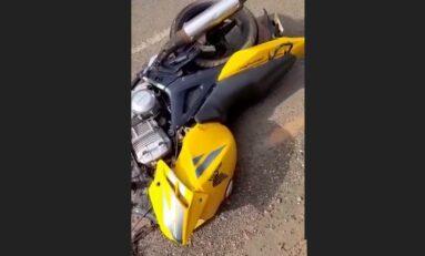 Motocicleta parte ao meio em acidente na BR-435 em Colorado do Oeste e casal fica ferido