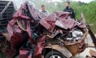 Veículo de passeio é prensado por carreta e bebê morre na BR 364