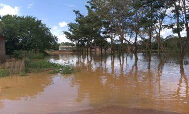 Enchente: Rio Jaru transborda e invade residencias