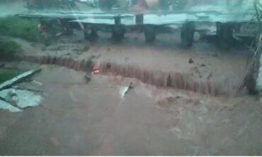 """Chuva forte """"castiga"""" Chupinguaia e alaga ruas, avenidas e estabelecimentos"""