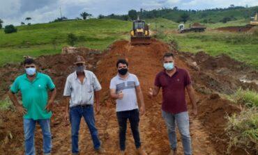 CORUMBIARA: Mais um tubo armco destinado pelo deputado Ezequiel Neiva é instalado no município