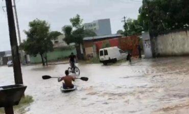 Porto Velho: forte chuva alaga ruas e moradores usam caiaque para se locomover