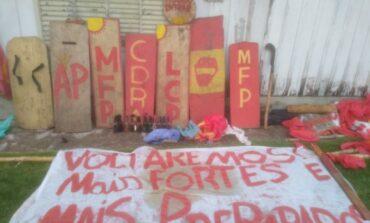 Coquetéis molotov, bandeiras e estilingues estão entre itens apreendidos durante reintegração de posse, em Chupinguaia