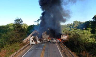 Dois caminhoneiros morrem queimados após grave acidente envolvendo cinco veículos em rodovia