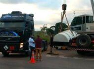 Carga com 30 mil litros de combustível tomba na BR-364, em Porto Velho