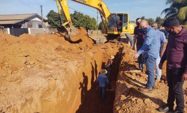 Em Cerejeiras, deputado Ezequiel Neiva vistoria obras de drenagem da avenida Canadá