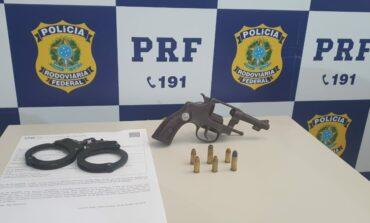 Em Ariquemes, PRF apreende um revólver da marca Forja Taurus, calibre .32.