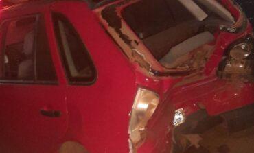 Veículo bate em traseira de carro estacionado em frente de lanchonete e foge do local em Colorado do Oeste