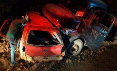 RO: família morre ao ter carro jogado contra barranco por caminhão de toras; uma das vítimas tem 6 anos